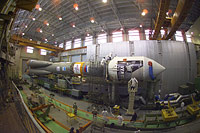 Venus Express being mated with the upper stage of a Soyuz-Fregat launch vehicle
